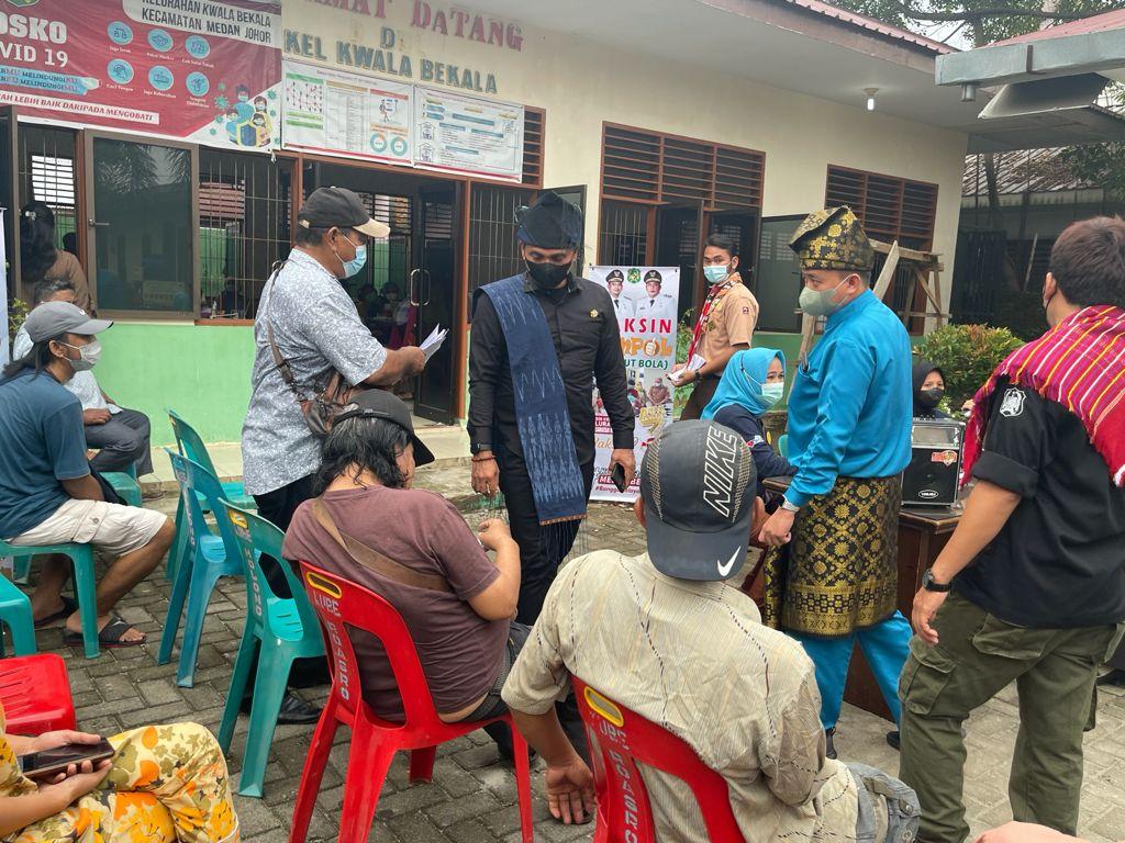 Maksimalkan Vaksinasi Camat Medan Johor Lakukan Vaksin Jempol