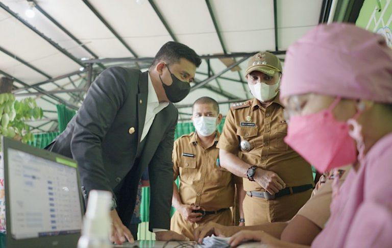 WaliKota Medan Muhammad Bobby Afif Nasution meninjau vaksinasi Jempol atau Jemput Bola di Medan Johor